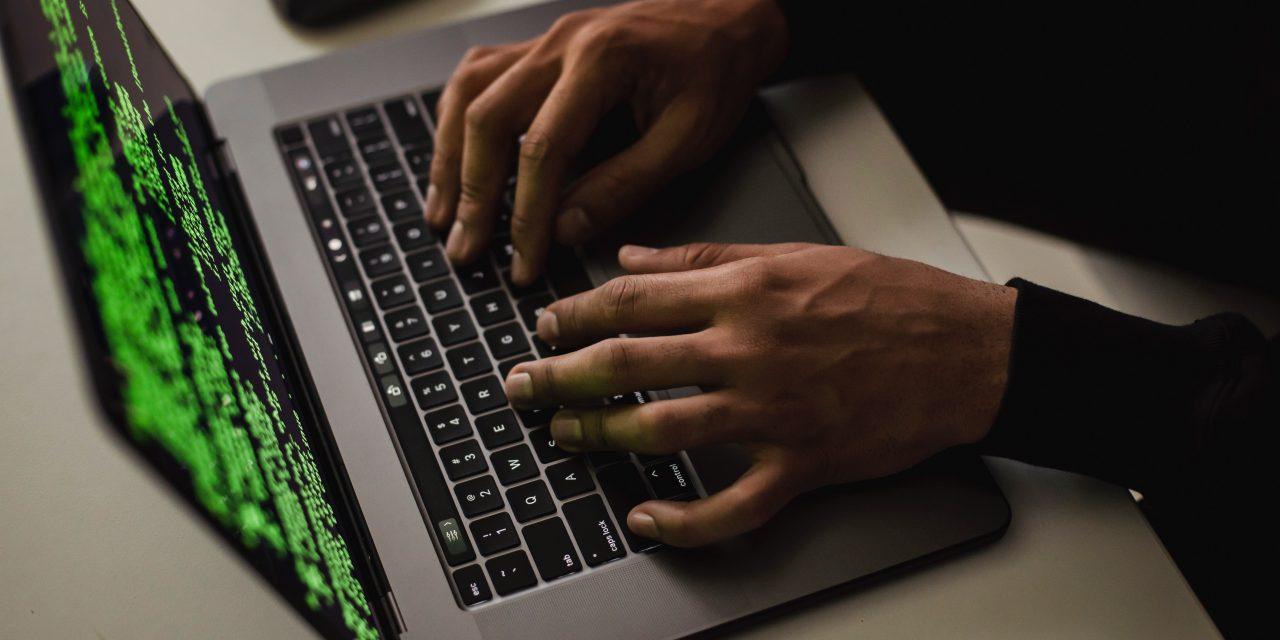 Már az első nap összeomlott: Kibertámadás érte az oltásregisztrációt ellenőrző honlapot