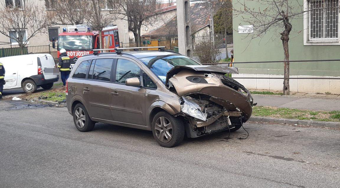 Csúnya karambol Budapesten: furgonba rohant egy Opel és felborította azt – Fotók a helyszínről