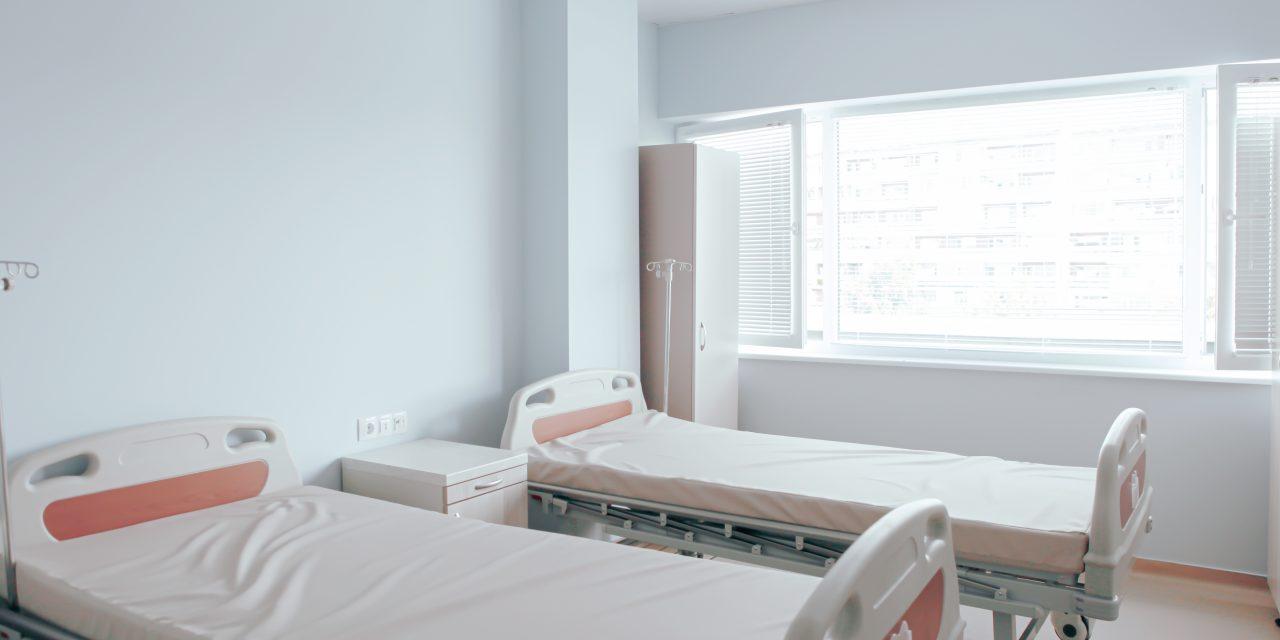 Mellkason és arcon szúrta betegtársát egy férfi a belvárosi kórház covid-osztályán, a nő életveszélyes sérüléseket szenvedett