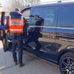 Luxusautókkal kereskedő, fényűző körülmények közt élő bűnszervezetre csapott le a NAV – videó