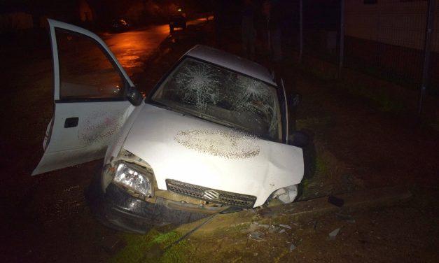 Piásan, jogsi nélkül, munkáltatója autóval balesetezett ez a 26 éves férfi – Betonhídnak ütközött és rommá törte az autót – Fotók