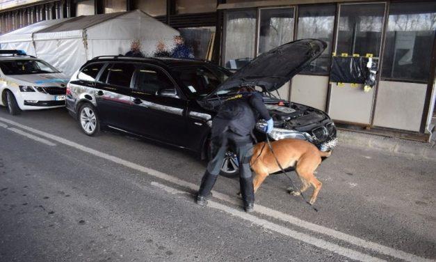 Hat kiló droggal bukott le egy győri férfi a szlovák határnál – fotók