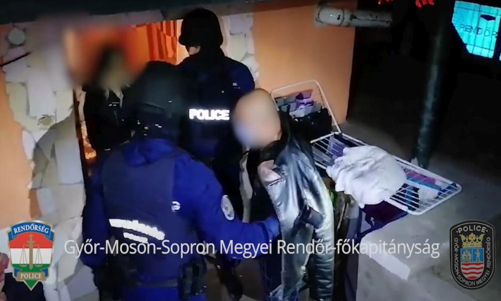Hajnalban csaptak le a rendőrök a többszörösen körözött férfira – Videóval