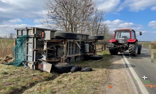 Felborult a pótkocsis traktor, erre 31 bevándorló pattant ki a széna közül – fotók