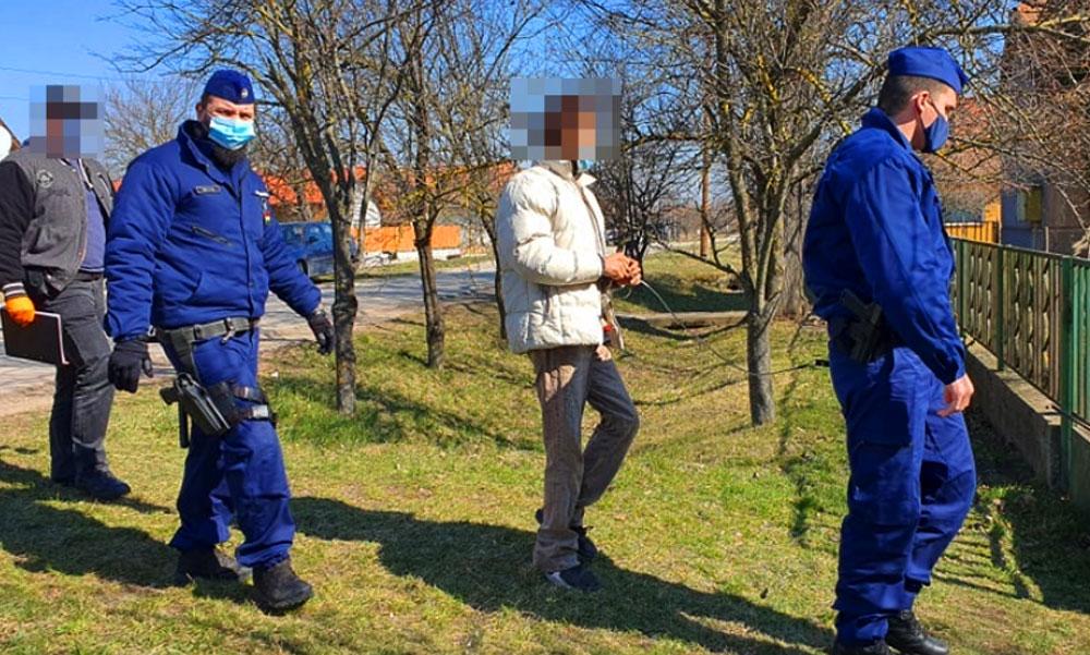 Botrány a faluban: Visszavitték a tettest a gyilkosság helyszínére, nagyon bepöccentek a szomszédok