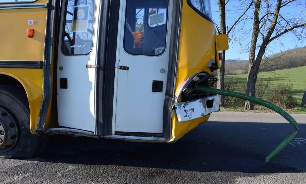 Belefúródott a korlát egy balesetező buszba, egy utas életét vesztette – fotó