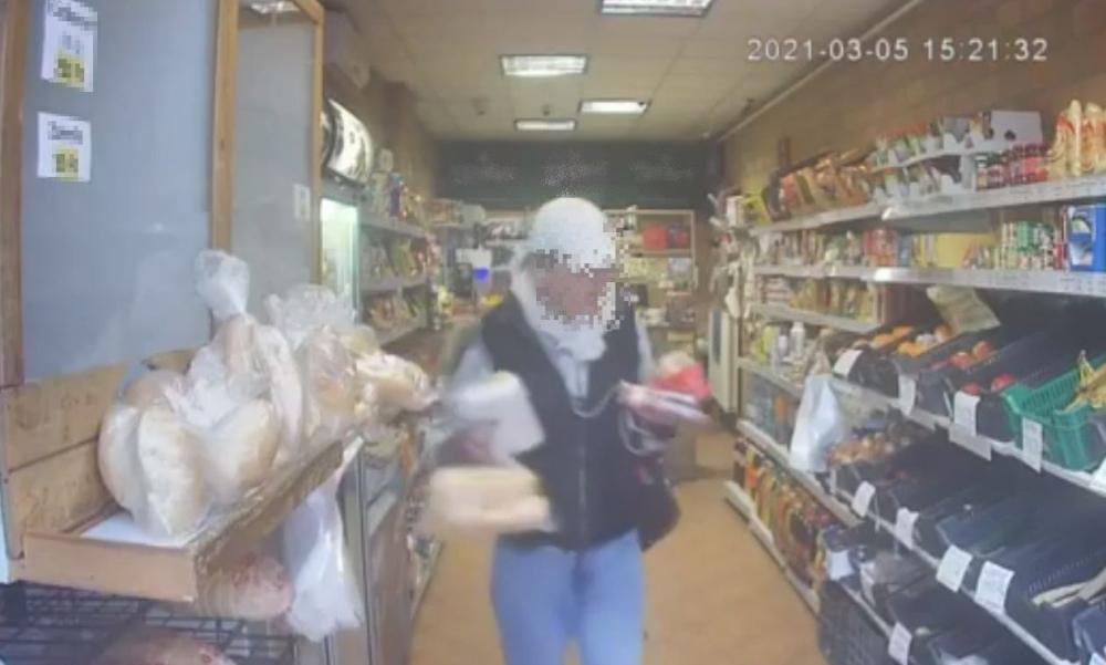 Egy csomag pisztácia, egy rántott húsos szendvics, öt sajtos kifli és édességek ellopása miatt letartóztatták a salgótarjáni bolti rablót, akit a rendőrök 10 percen belül fogtak el
