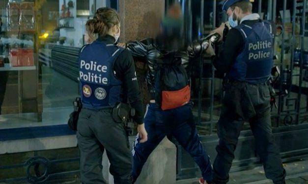Itt a videó, hogyan állították falhoz a rendőrök a botrányos orgiáról lelépő Szájer József, akkor még fideszes EP-képviselőt