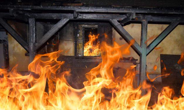 """""""Mondták, hogy gégéje el volt égve, biztos a füsttől"""" – saját házában égett halálra egy négygyermekes édesanya, a tüzet egy cigaretta okozhatta"""