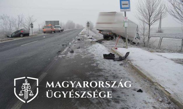 Elaludt a teherautó sofőrje: brutális frontális balesetet okozott Tatánál – fotók