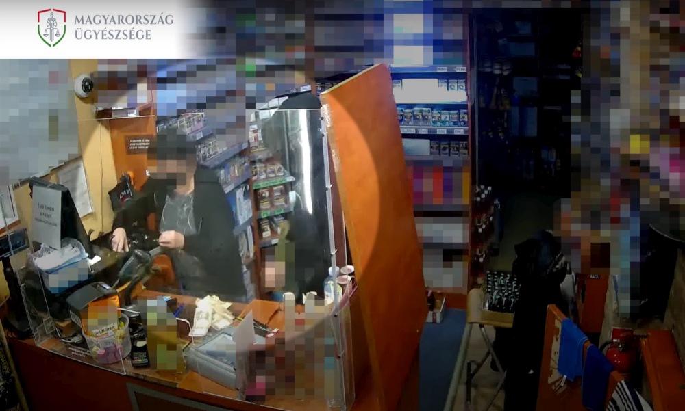Videón a rablás: öt év letöltendőt kapott a tatabányai férfi a trafikrablásért