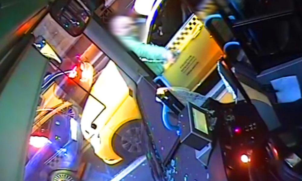Balhé a pesti utcán, durván összeverekedett egy buszsofőr és egy taxis, videóra vették a köpködést, üvegtörést