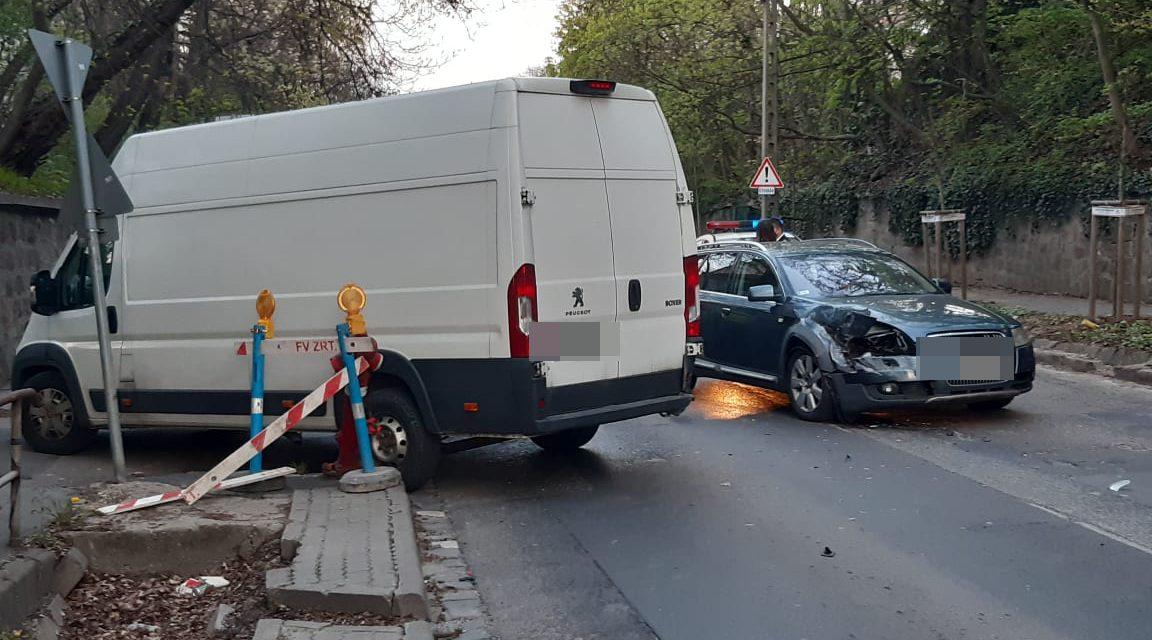 Beletolatott egy autóba ez a furgon Budapesten – Az Audiban egy család utazott – Fotók a helyszínről