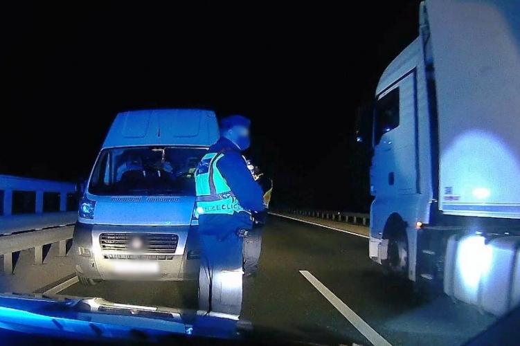 Tragédia is lehetett volna: a forgalommal szemben közlekedett egy teherautó az M86-oson – fotó