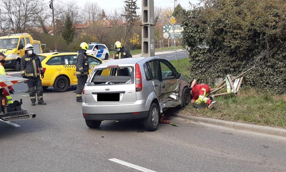 Nem állt meg a STOP táblánál a taxi sofőrje: belerohant egy idős nő autójába, a sérült sokkot kapott – fotók