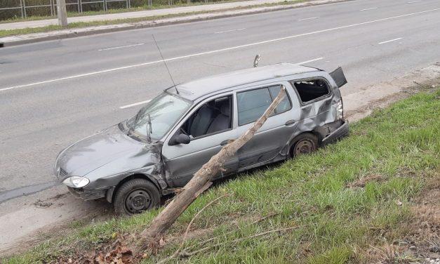 Hatalmas sebességgel érkezett majd a HÉV sínekre borult egy autó Pest megyében – Egy gyerek is utazott az autóban – Fotók a helyszínről