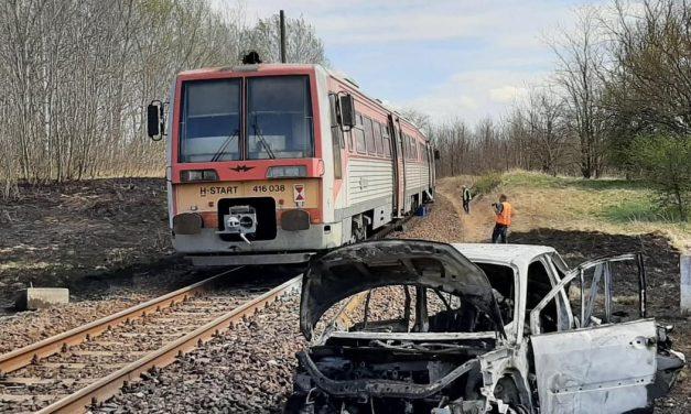 """""""Pont Sanyi születésnapján történt a baleset"""" – kómában fekszik az a férfi, akinek autója egy vonattal ütközött, majd kigyulladt a jármű"""