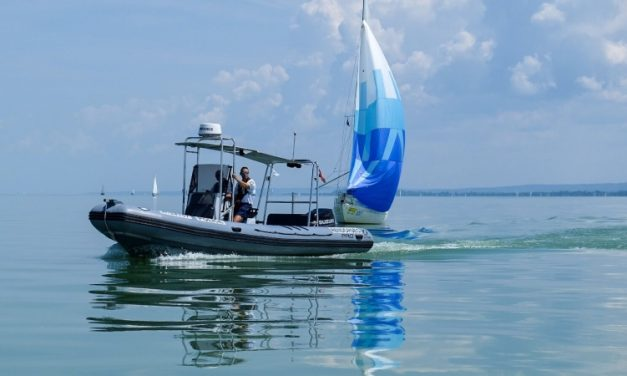 Bajba jutott horgászt mentettek ki a Balatonból, egyedül nem tudott volna a partra evezni