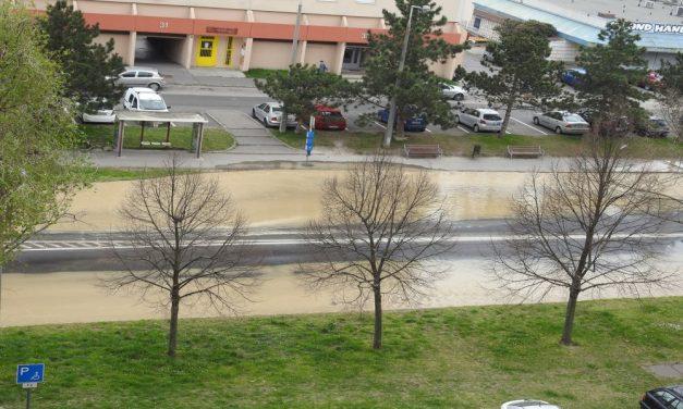 Brutális csőtörés Győrben, buzgárként ömlik a víz az útból