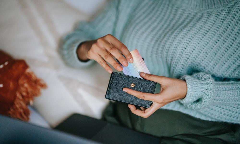 Gyermekei szeme láttára lopta el a pénztárcát egy anyuka az észak-balatoni közértben