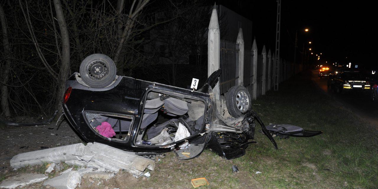 Ittasan csapódott kerítésnek egy autós Piliscsabán –  Utasa a helyszínen meghalt, a sofőr meg akart lépni