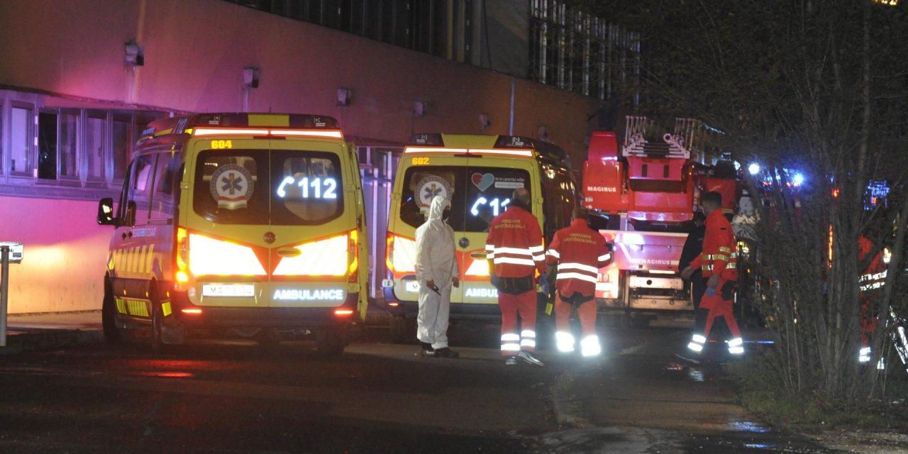 Meghalt egy beteg a budapesti kórháztűzben, 37 embert menekítettek ki a tűzoltók, az egyik rendőr füstmérgezést kapott