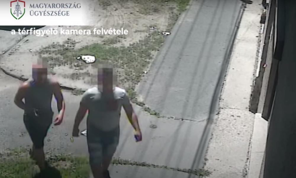 Videón, ahogy kitépik az aranyláncot egy férjével sétáló idős nő nyakából a kigyúrt bűnözők