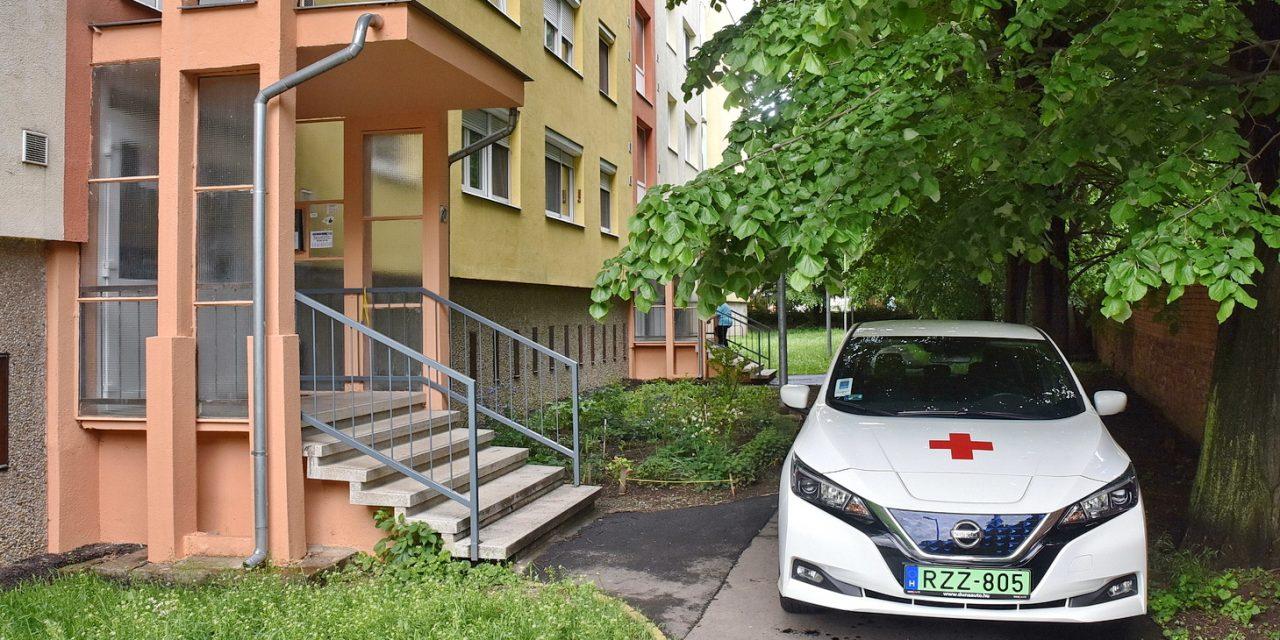 Holtan találtak egy csecsemőt egy szombathelyi lakásban – Bűnügyi helyszínelők is érkeztek a Barátság utcába – fotók