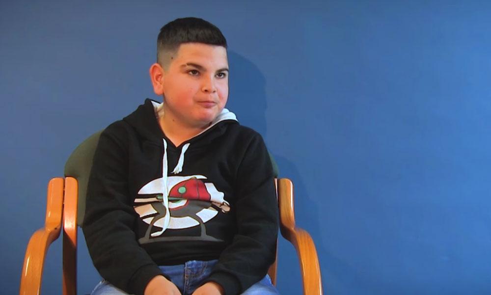 """""""Köszönöm a rendőr néniknek és bácsiknak"""" – meglátogatták megmentői azt a 12 éves Balázskát, akinek nagyszülei szörnyethaltak egy tűzesetben, őt meg tudták menteni"""