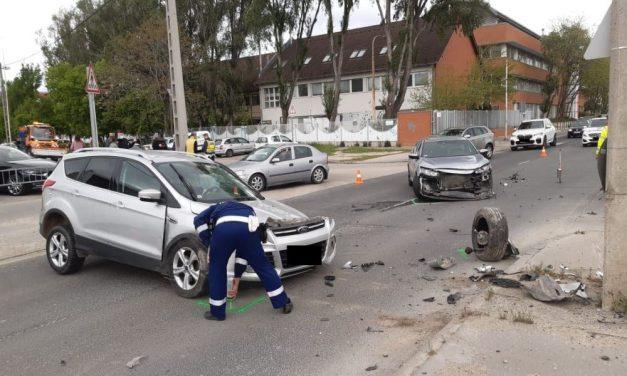 Háromtagú család autója csapódott neki egy villanyoszlopnak a Budafoki úton