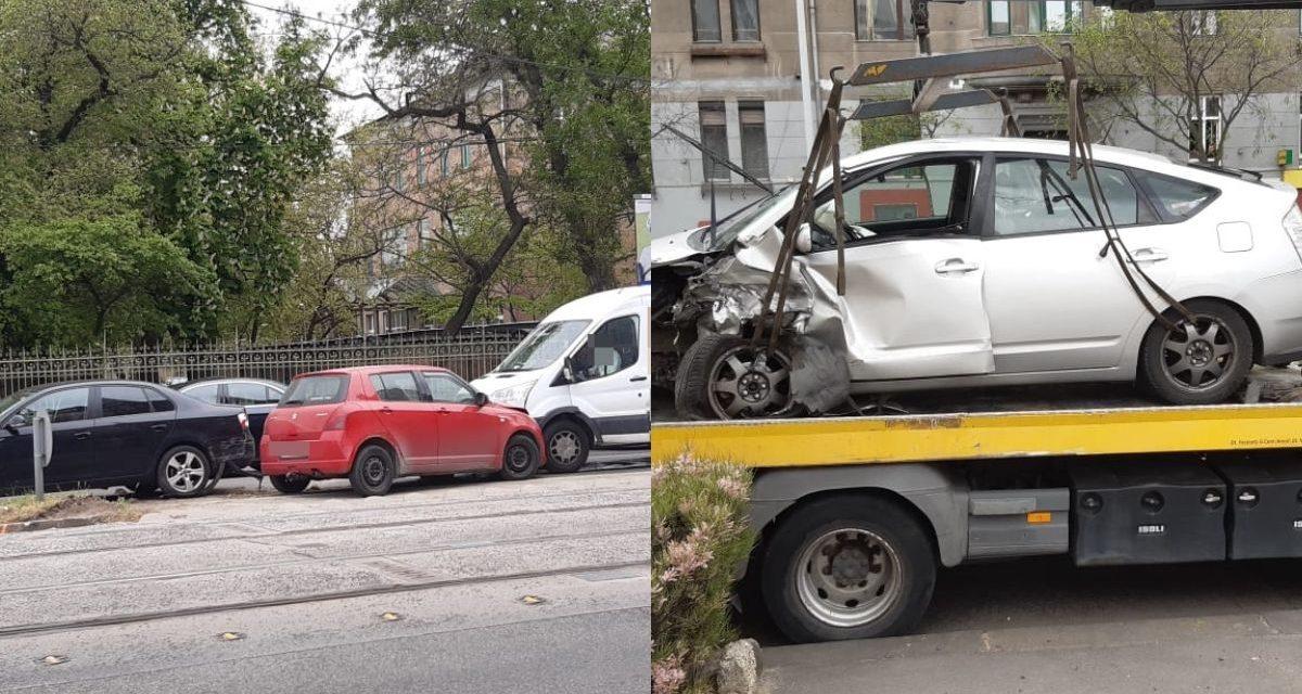 Felhajtott a járdaszigetre egy autós Budapesten – Az autót vezető idős hölgy elvesztette az eszméletét – Nem ez volt az egyetlen baleset rövid időn belül