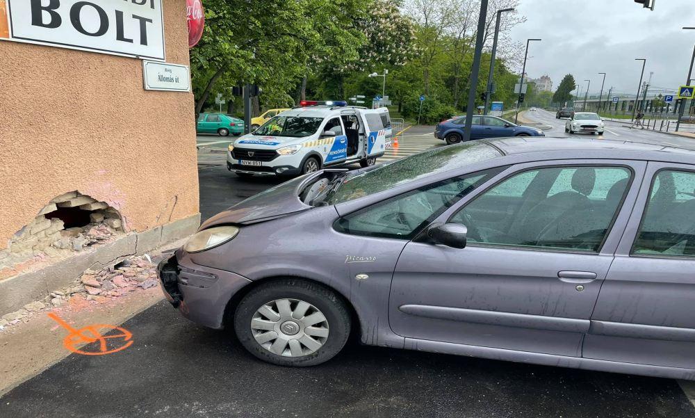 Minden összetört a kisboltban, miután egy autó becsapódott a sarki abc-be