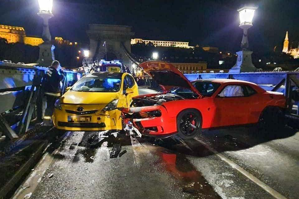 Taxival és egy másik autóval is ütközött egy Dodge ma éjjel a Lánchídon