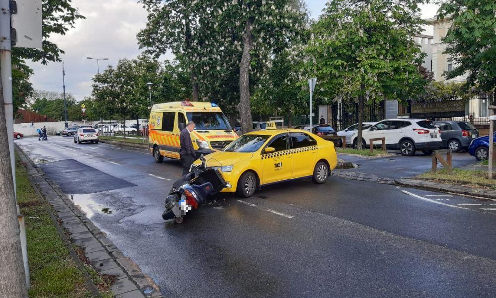 Robogó elé kanyarodott ki a Városligeti fasorban egy taxi