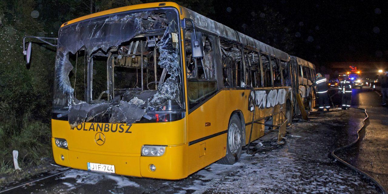 Sokkoló felvételek: teljesen kiégett egy busz az M7-esen, többen is utaztak rajta