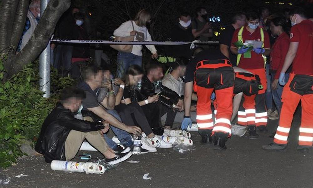 Lakástűz Kőbányán: a tűzoltók a tetőről mentették ki a ház lakóit