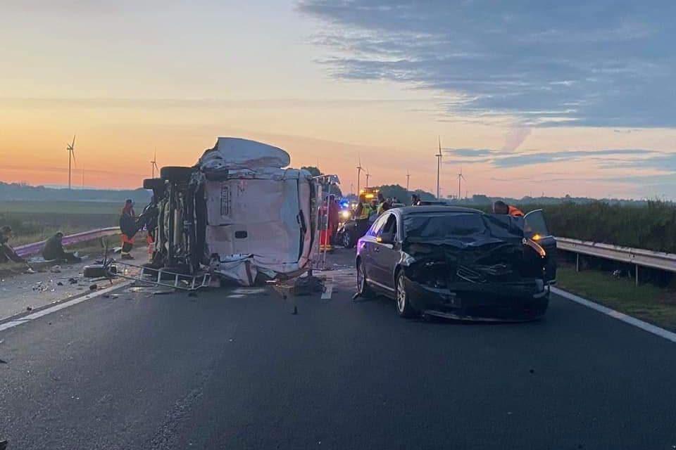 Letarolta az M1-esen helyszínelő rendőröket egy kamion – Többen súlyosan megsérültek, itt vannak a helyszíni fotók