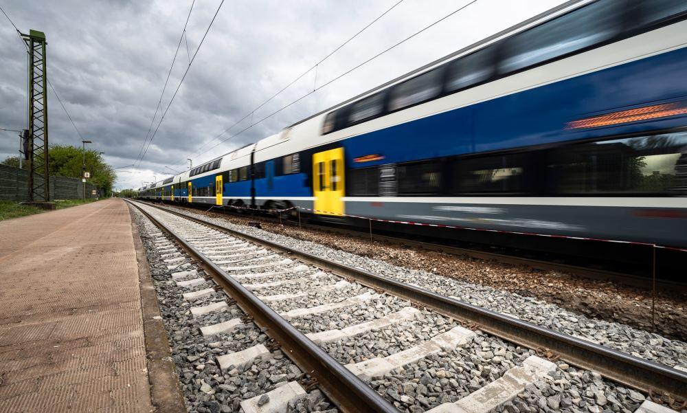 Vonattal ütközött, majd az árokba csapódott egy autó Zala megyében, egy ember megsérült