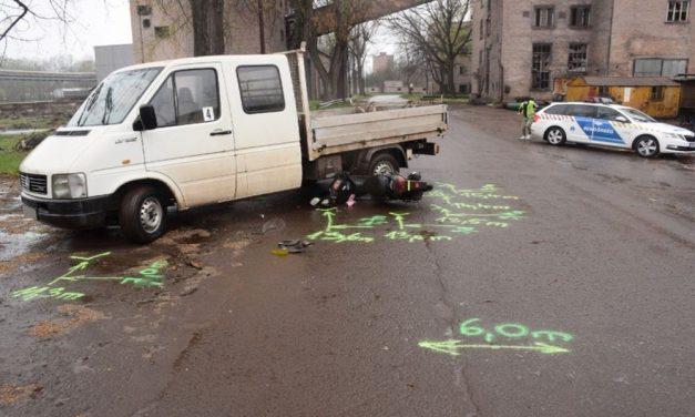Horrorbaleset Dunaújvárosban: egy motoros befordult a teherautó alá