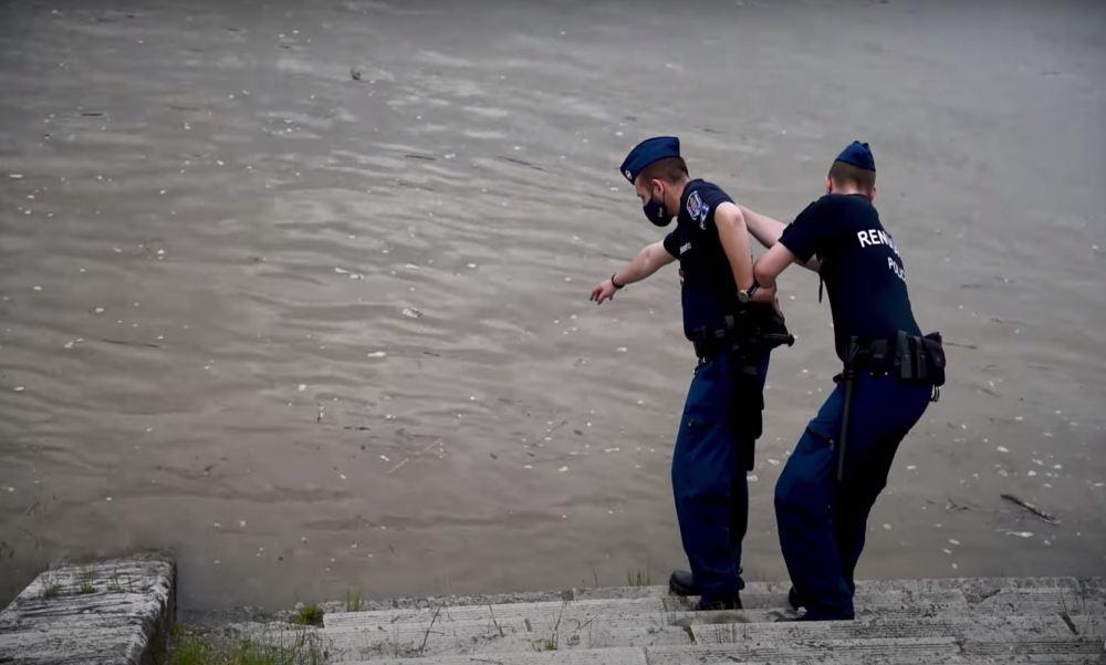 Megjutalmazták a budapesti rendőröket, akik egymásba kapaszkodva húztak ki egy nőt a Dunából – videó