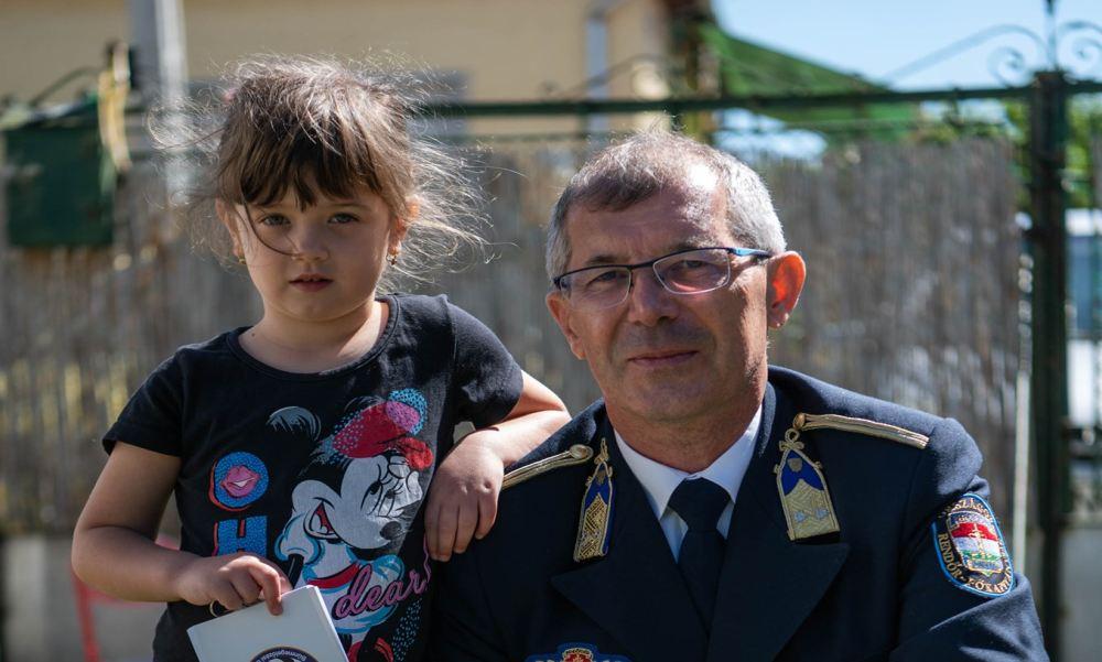 Telefonhívással mentette meg édesanyja életét az 5 éves Elena: a rendőrség most meglepte a kislányt
