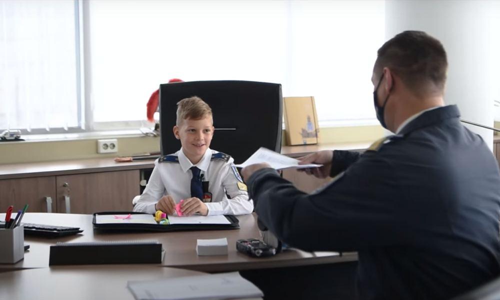 Rendőrökkel ünnepelték a gyereknapot a kicsik, akik vezetőként is kipróbálhatták magukat – videó
