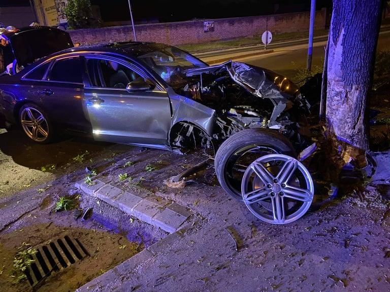 Durva balesetek Pest megyében: Szigetszentmiklóson fának csapódott egy Audi, a 2. kerületben két autó ütközött frontálisan – fotók a helyszínről