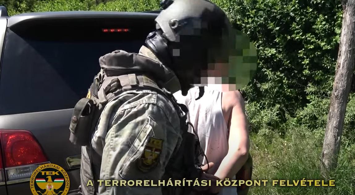 Fogva tartotta az élettársát ez a férfi Tatabányán – A nő így kért segítséget, aztán lecsapott a TEK – videó