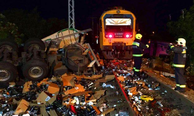 Drámai baleset: Kettészakadt a kamionnal ütközött vonat Sátoraljaújhelynél