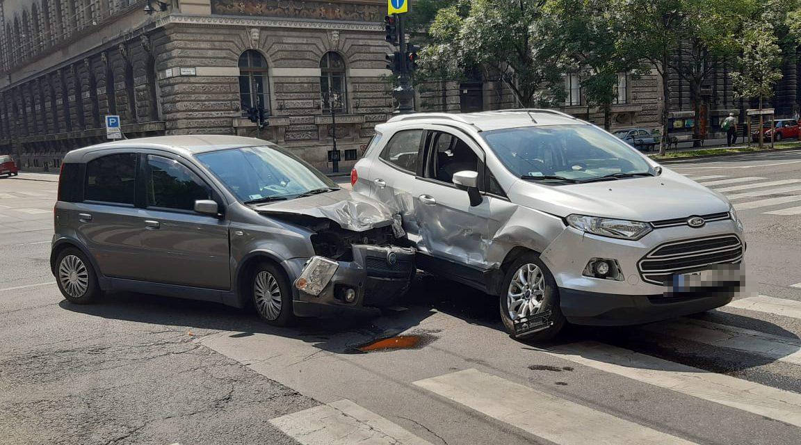 Ford és Fiat  rohant egymásba Budapesten, az Andrássy-Izabella utca kereszteződésben, egy ember megsérült – Fotók a helyszínről