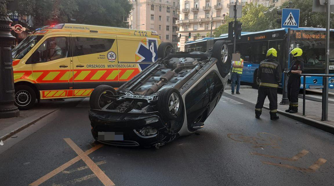 Tetejére borult egy autó Budapesten, az Astoriánál, korábban itt halt meg egy 17 éves fiatal – Sokkoló fotók a helyszínről