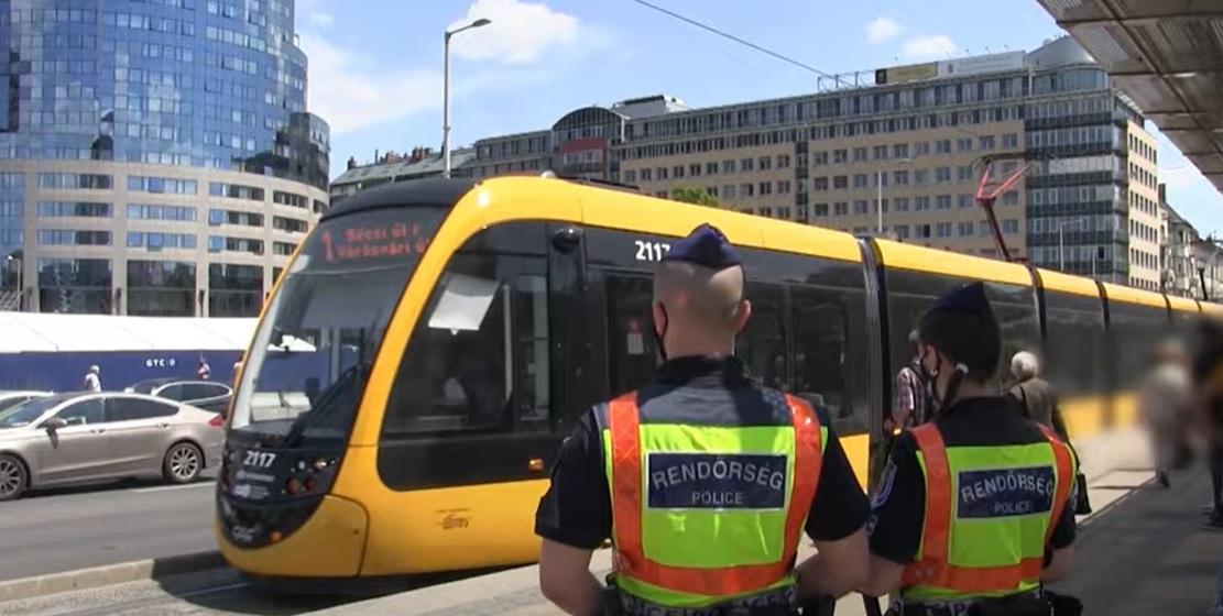 Budapesten, az 1-es villamos útvonalán akcióztak a rendőrök – Két körözött személy csuklóján kattant is a bilincs – videó
