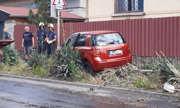 Letarolta a tűzcsapot egy Suzuki Budapesten: szökőkút keletkezett a Csapó utcában – fotók