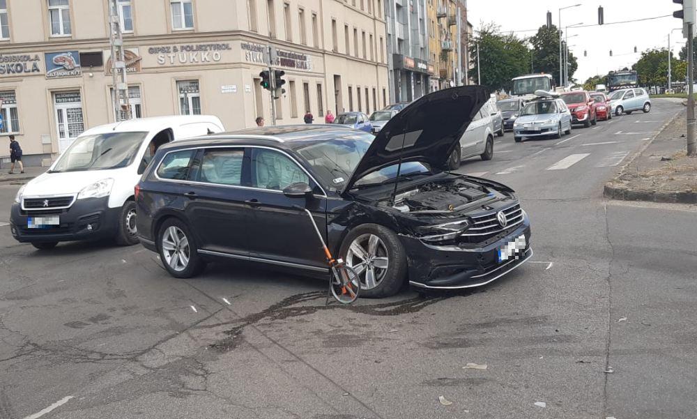 Szembement a forgalommal egy Nissan a Fogarasi-Kerepesi úti kereszteződésben: ha nincs baleset, a szabálytalan autós a Diego áruháznak csapódott volna
